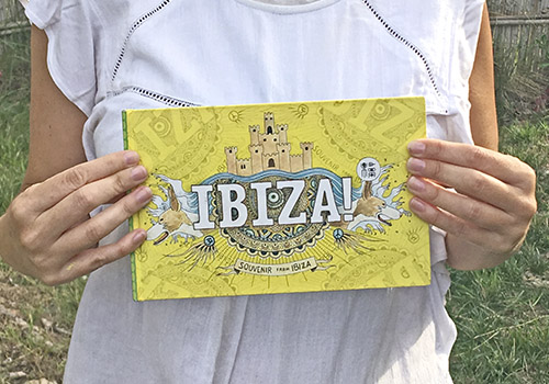 Fotografía con la portada de la guía ilustrada de Ibiza. Ilustraciones y acuarelas. Urban Sketchers
