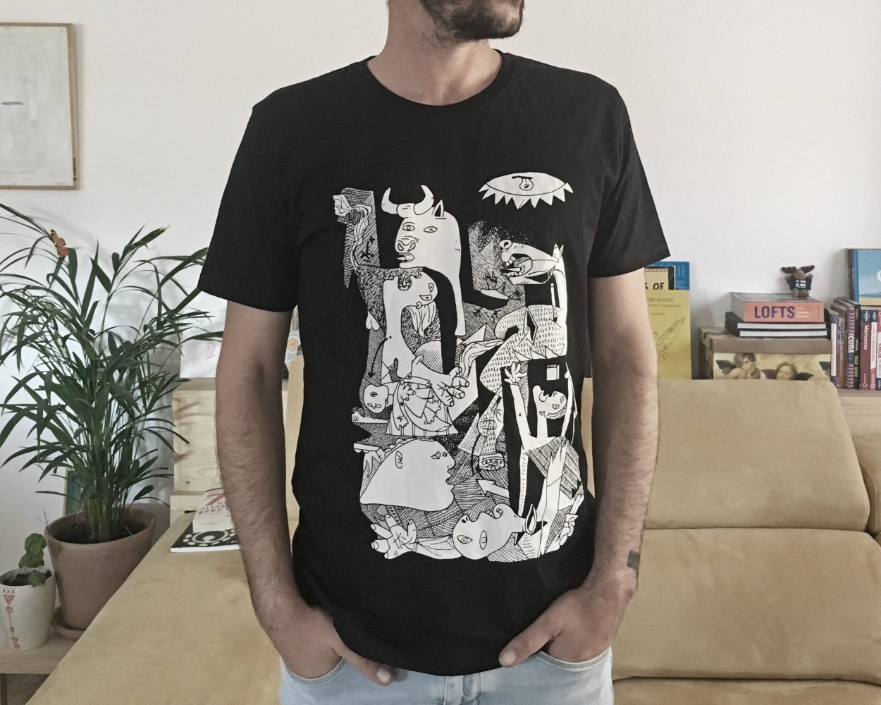 Camiseta negra con la pintura El Guernica del artista Pablo Picasso. Colección: Art remixes. Camiseta ecológica y comercio justo.