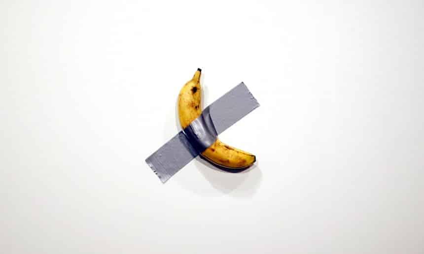 Fotografía del platano pegado a una pared del artista Mauricio Cattelan