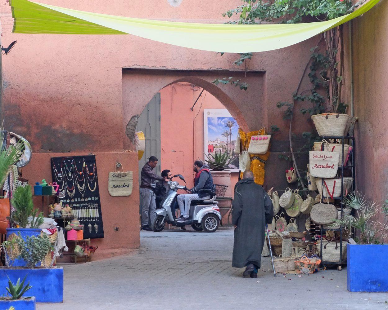 Fotografía. Jóvenes charlando en una calle de la medina de Marrakech, Marruecos