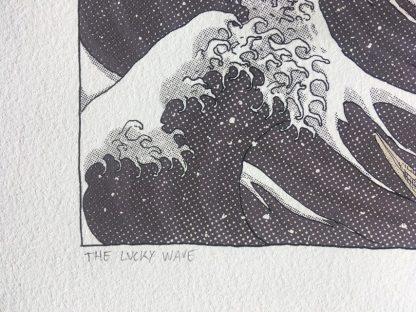 Detalle de una lámina con la ilustración del La Ola de la Suerte - un mashup entre La gran Ola y el maneki neko