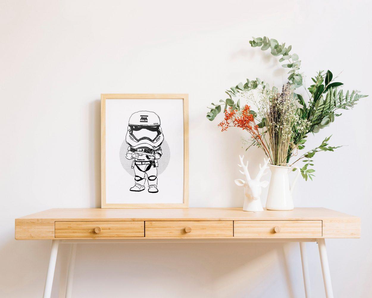 Lámina enmarcada con una ilustración de un Stormtrooper de la saga de películas Star Wars. Dibujo en blanco y negro