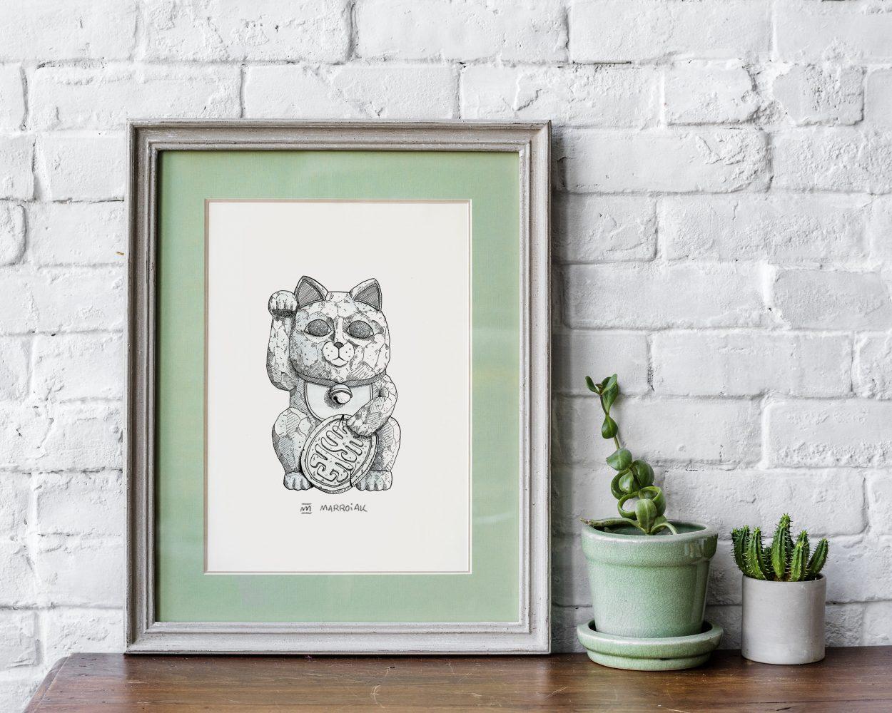 Lámina con una ilustración del gato de la suerte japonés también conocido como maneki neko. Tinta sobre papel. Decoración. Diseño de interiores.