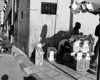 Fotografía Marruecos en blanco y negro. Puesto ambulante tabaco