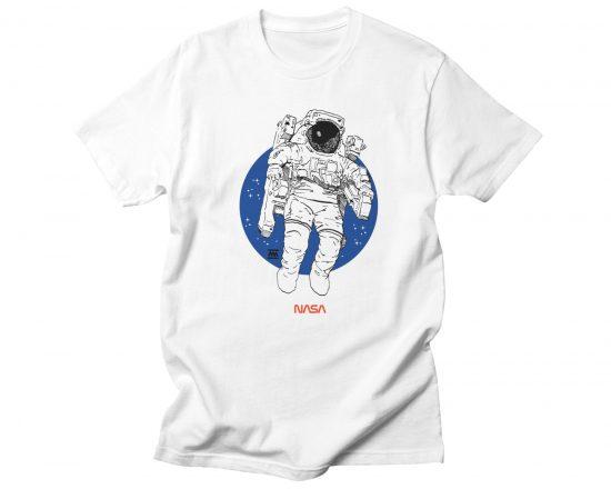 Camiseta blanca con el dibujo de un astronauta de la Nasa. Ilustraciones para geeks. Tecnología.
