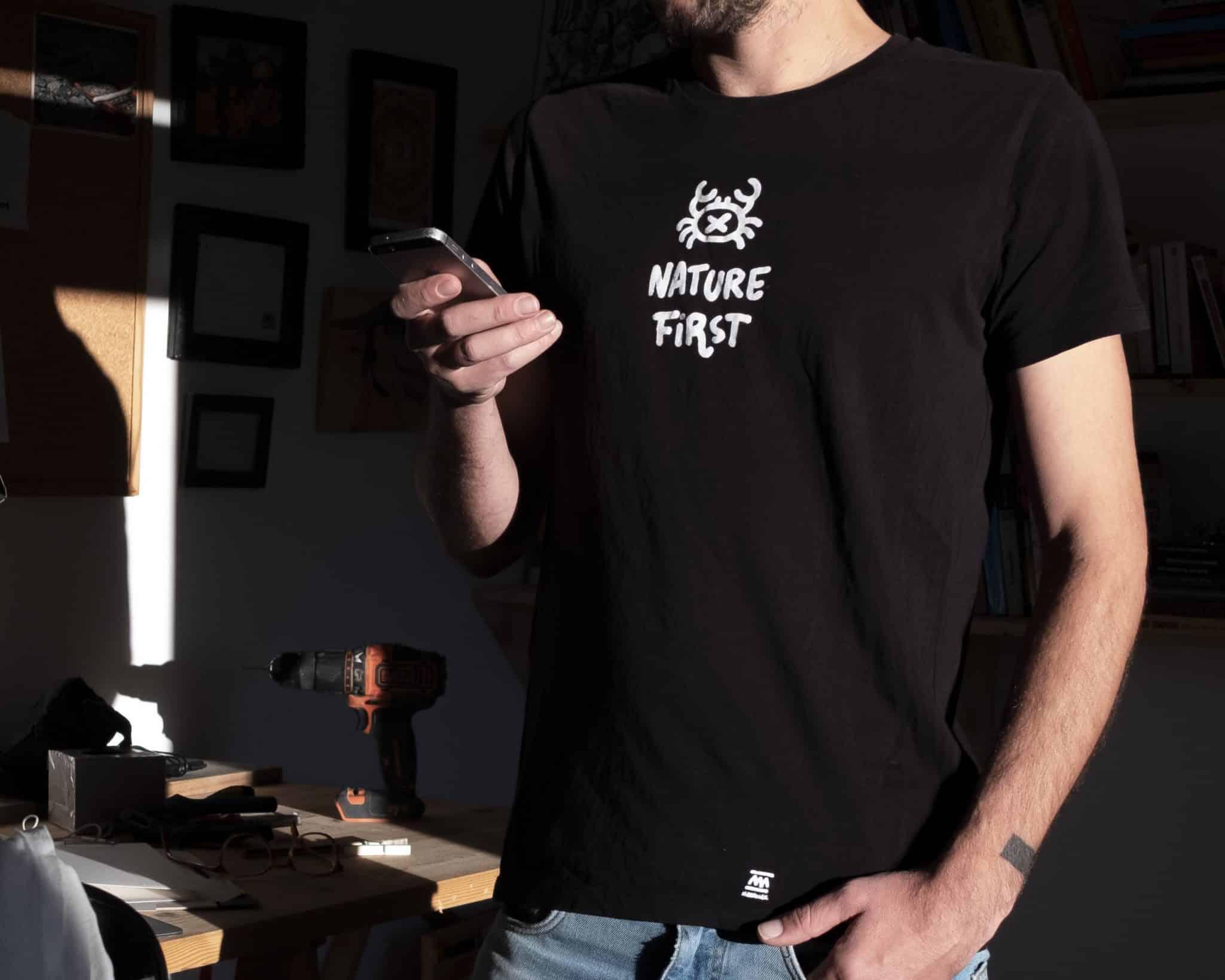 Diseño de camiseta negra para hombre y mujer Nature first el cangrejo edition